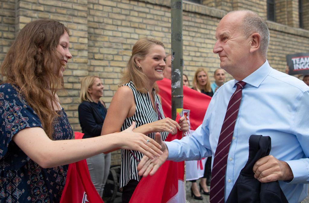 Ministerpräsident Dietmar Woidke (SPD) mit jungen Anhängerinnen – er gilt als bekanntester und beliebtester Politiker Brandenburgs. Foto: dpa