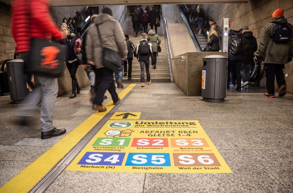 Mit diesen Aufklebern werden Fahrgäste auf die Umleitung an Wochenenden hingewiesen. Foto: Lichtgut/Julian Rettig