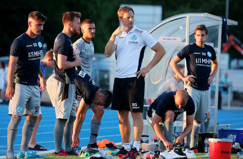 Kickers-Trainer Ramon Gehrmann (Dritter von rechts) im Gespräch mit seinen Spielern. Foto: Pressefoto Baumann