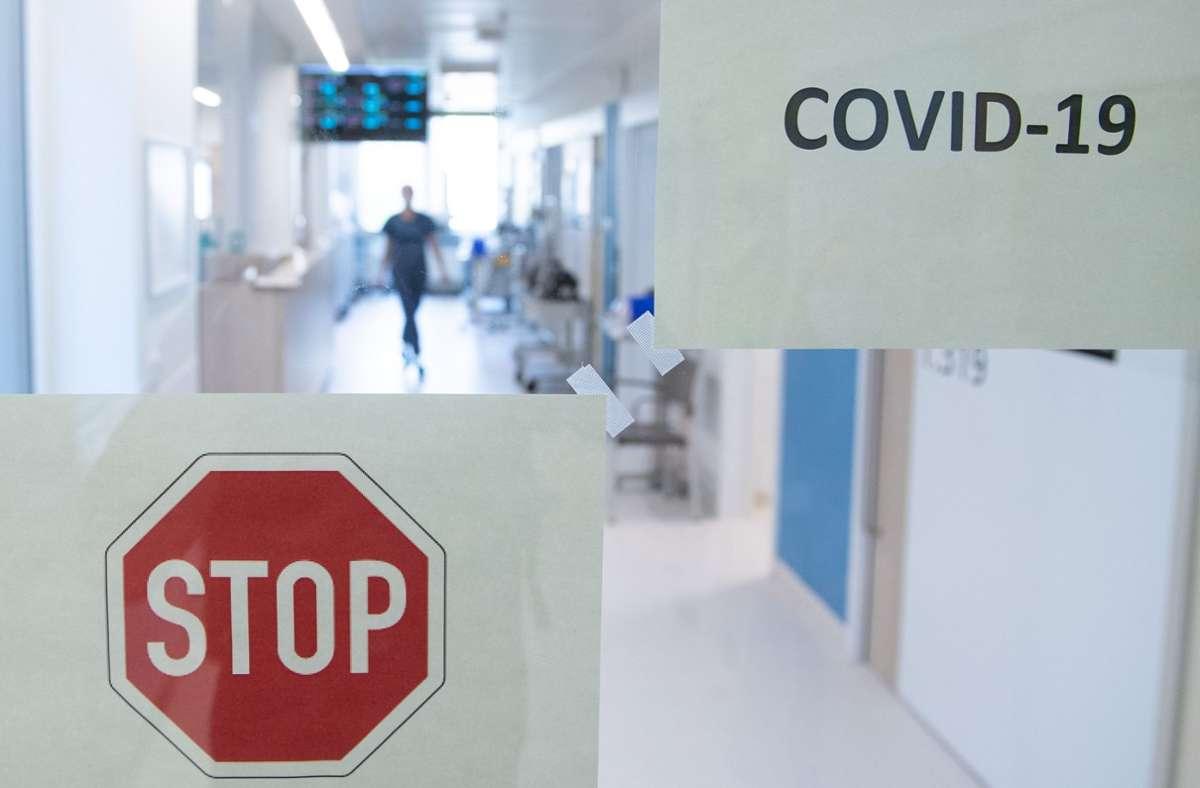 Die Zahl der im Zusammenhang mit dem Virus Gestorbenen stieg dabei um 10 auf 2009 (Archivbild). Foto: dpa/Sebastian Kahnert