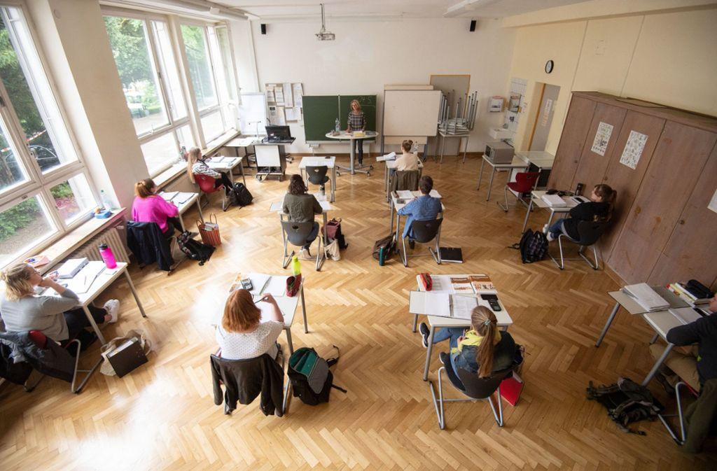 In den Schulen besteht in der Corona-Zeit noch reichlich Handlungsbedarf, beklagen Schülervertreter. (Symbolbild) Foto: dpa/Marijan Murat