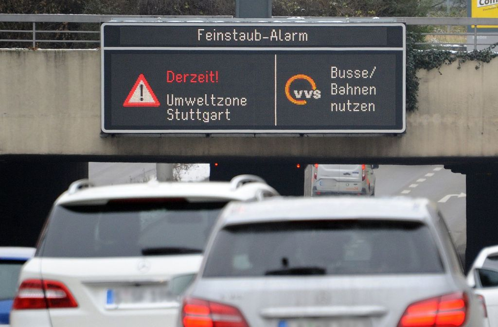 Noch hat der Feinstaubalarm appellativen Charakter: Von 2018 an aber drohen Fahrverbote für Diesel, die die Euro-6-Norm nicht erfüllen. Eine Mehrheit der Bürger findet das richtig. Foto: dpa