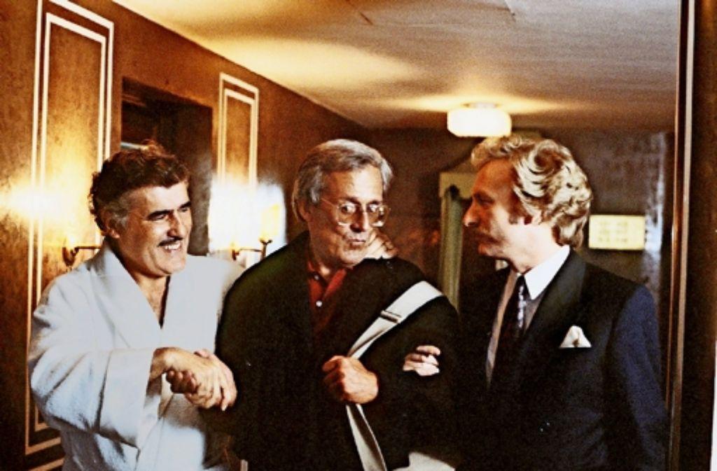 Ein Millionär (Mario Adorf, l.) sucht das Wohlwollen von  Herbie (Dieter Hildebrandt) und  Schimmerlos (Franz Xaver Kroetz, r.). Foto: 3Sat