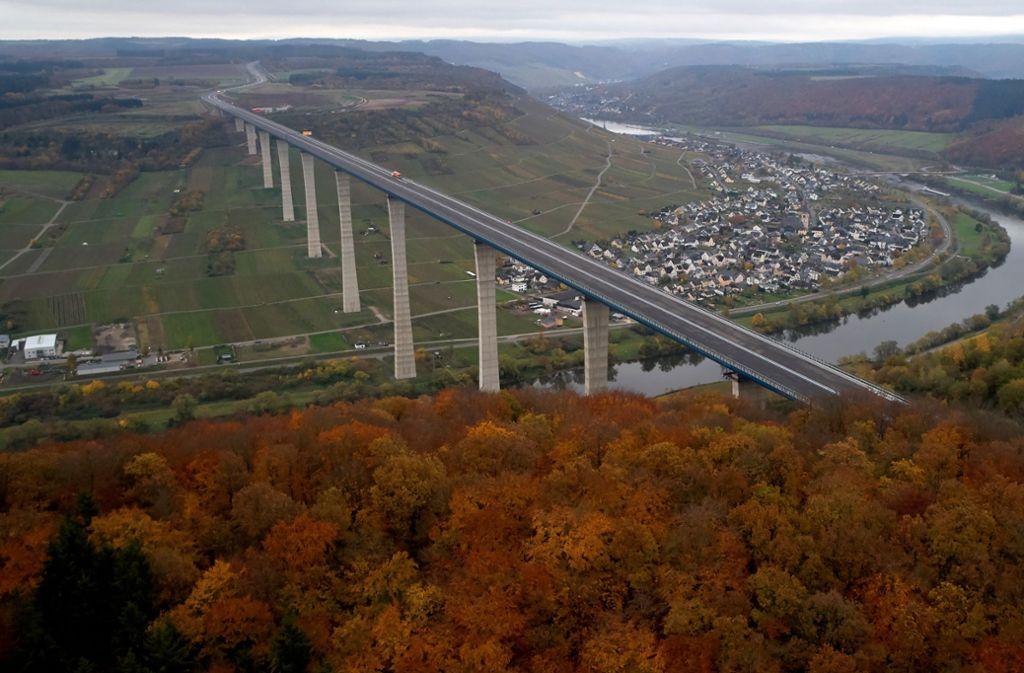 Die Luftaufnahme mit einer Drohne zeigt die Hochmoselbrücke bei Zeltingen-Rachtig in Rheinland-Pfalz. Das Bauwerk überspannt  das Moseltal in einer Höhe von 160 Metern auf einer Länge von 1700 Metern. Foto: Thomas Frey/dpa/Thomas Frey