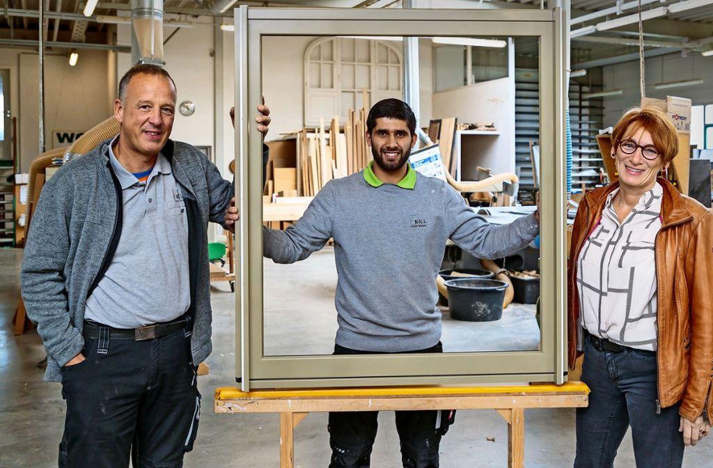 Abdul B. (Mitte) mit seinem Ausbilder Peter Nill und Claudia Anders vom Freundeskreis Asyl. Der 24-Jährige hofft, dass er in Deutschland bleiben kann. Foto: Helmut Pangerl