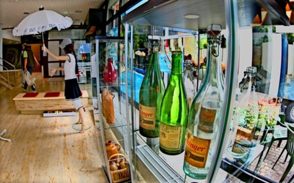 Alte Sprudelflaschen, Wasserkrüge, historische Bademode sowie viel Information bietet die Ausstellung in Bad Überkingen. Foto: Horst Rudel