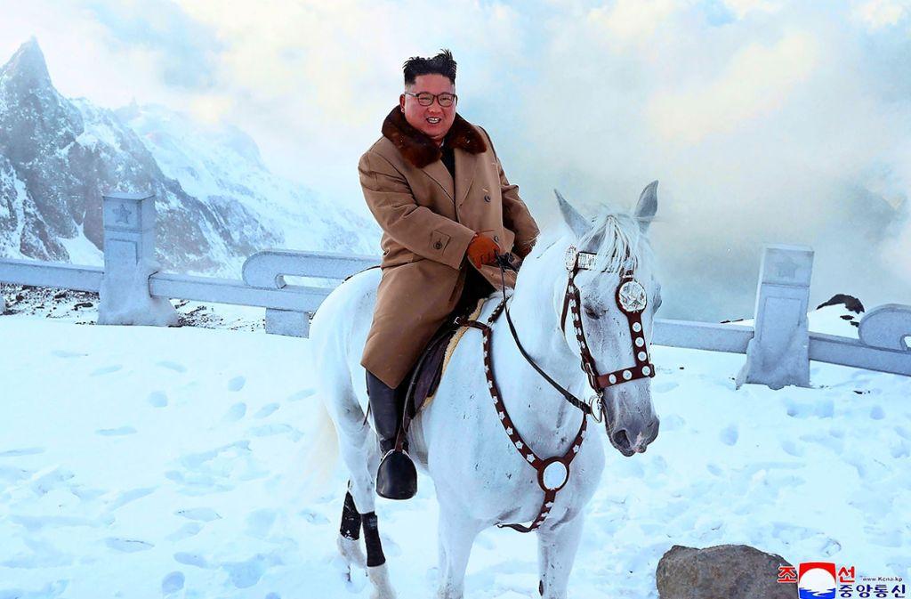 Kim Jong Un bei seinem Ritt auf den in Nordkorea heiligen Berg Paektusan. Foto: AP/KCNA