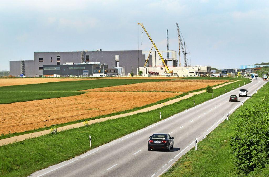 Der Baufortschritt im Eichwald ist deutlich erkennbar: Das größte Gebäude ist die Logistikhalle von Breuninger. Foto: factum/Granville