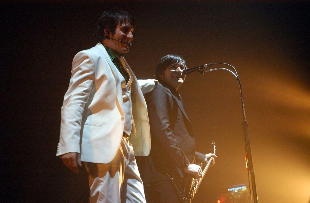 """Zwei Drittel der Band: Bela B. (links) und Rodrigo Gonzales stehen bei ihrer """"Es wird eng""""-Tour 2007 in Trier auf der Bühne. Frontsänger Farin Urlaub fehlt. Foto: dpa"""