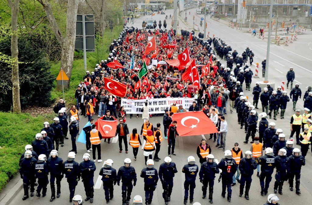 Polizisten sichern eine türkische Demonstrationsgruppe ab: Kundgebungen wie diese gab es schon vor zwei Jahren. Mittlerweile regiert immer häufiger nackte Gewalt. Foto: dpa