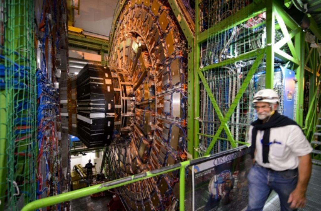 Die Ausmaße der Detektoren am Cern wird oft erst deutlich, wenn ein Mensch daneben steht. Der hier gezeigte Detektor CMS ist 16 Meter hoch. In einer Bildergalerie geben wir weitere Einblicke in die Welt des Forschungszentrums. Foto: AFP