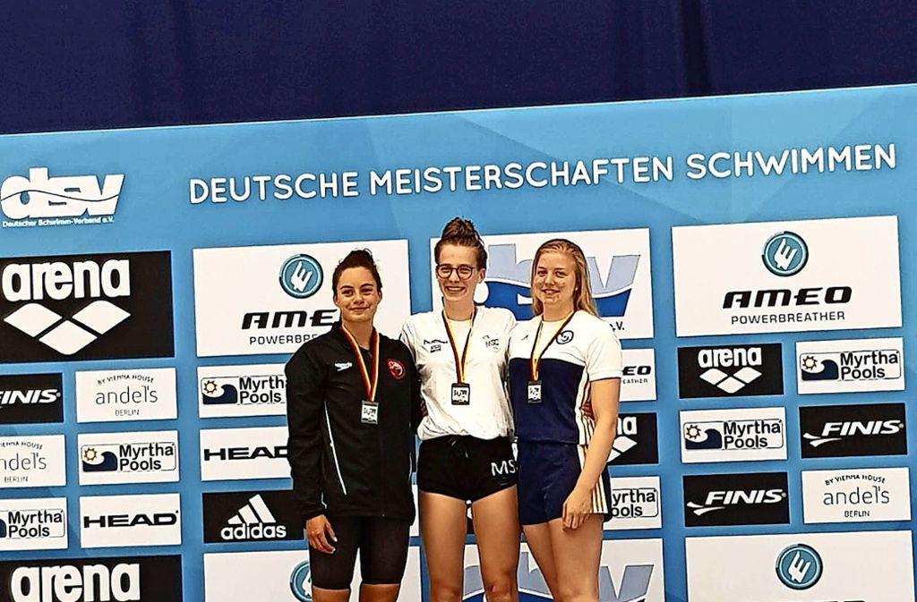 Kim Herkle    bei der Siegerehrung  mit Malaika Schneider (Mitte) und Annika Huber  (rechts). Foto: Privat