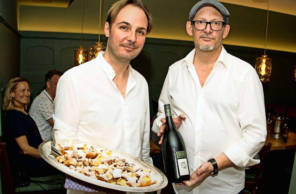 Die Österreich-Wirte Sebastian Gaiser (links) und Marcel Jetter mit Kaiserschmarrn und Grüner Veltiner Foto: Lichtgut/Wilikonsky