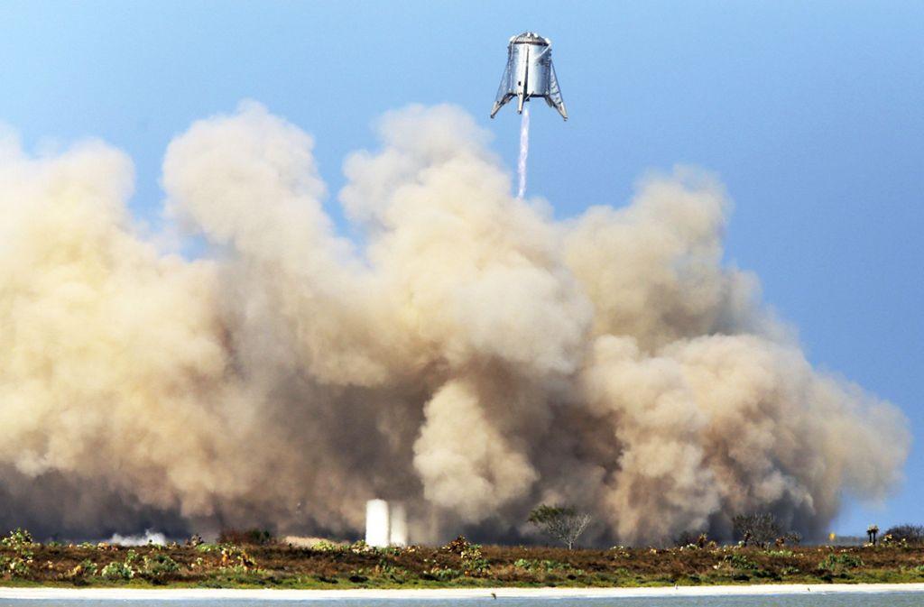 """Eine Schwerlastrakete des US-Raumfahrtunternehmen SpaceX – die """"Starhopper"""" – startet auf einem Gelände in Boca Chica (US-Bundesstaat Texas). Das US-Raumfahrtunternehmen SpaceX von Tesla-Chef Musk hat erfolgreich einen Prototypen für seine Schwerlastrakete getestet. Foto: dpa"""