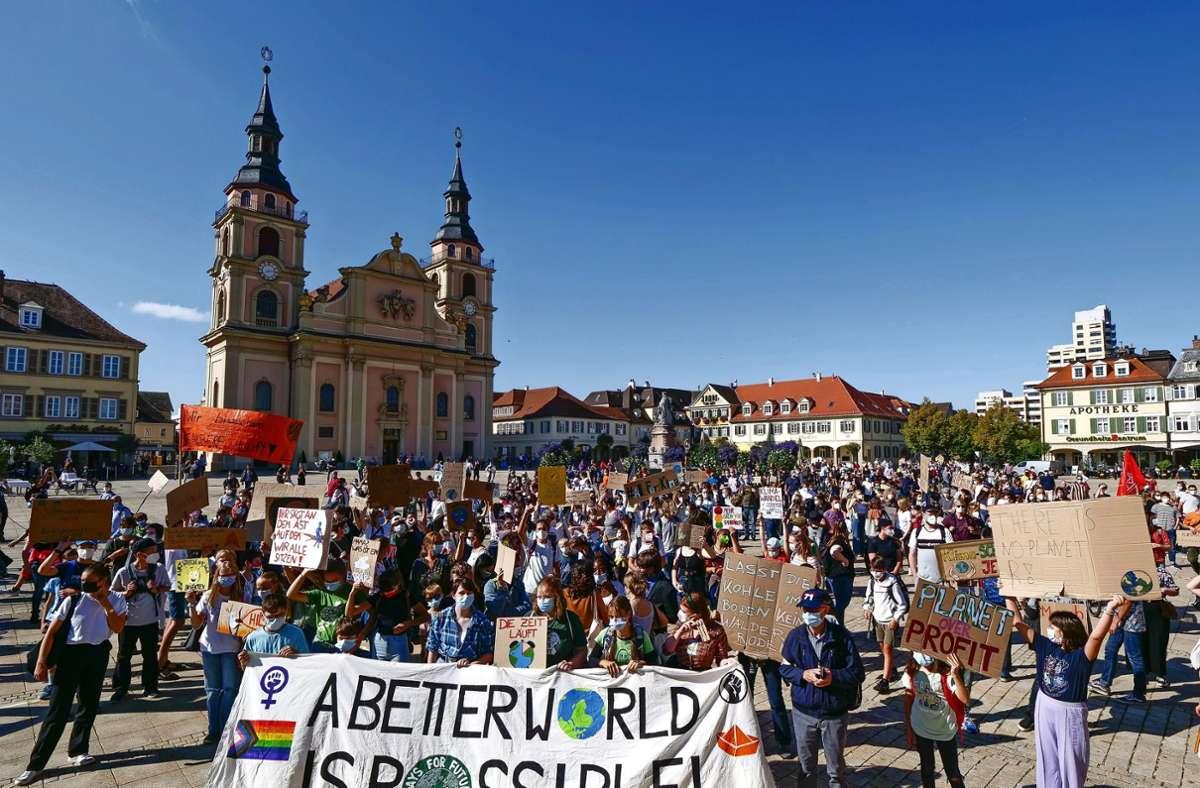 """""""Wir sind hier, wir sind laut, weil Ihr uns die Zukunft klaut"""", skandiert der Demozug unter anderem. Foto: Simon Granville"""