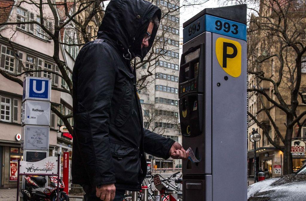 Wer nicht zahlen will, muss zahlen: Die Stadt baut das Netz d er Kontrolleure immer weiter aus, um möglichst viele Verstöße in den Zonen mit Parkraummanagement ahnden zu können. Foto: Lichtgut/Max Kovalenko