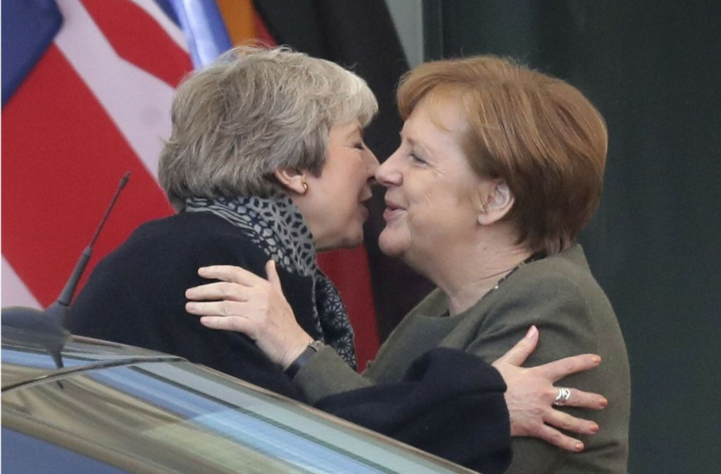 Kuscheln in harten Zeiten: Premierministerin Theresa May und Kanzlerin Angela Merkel in Berlin Foto: AP