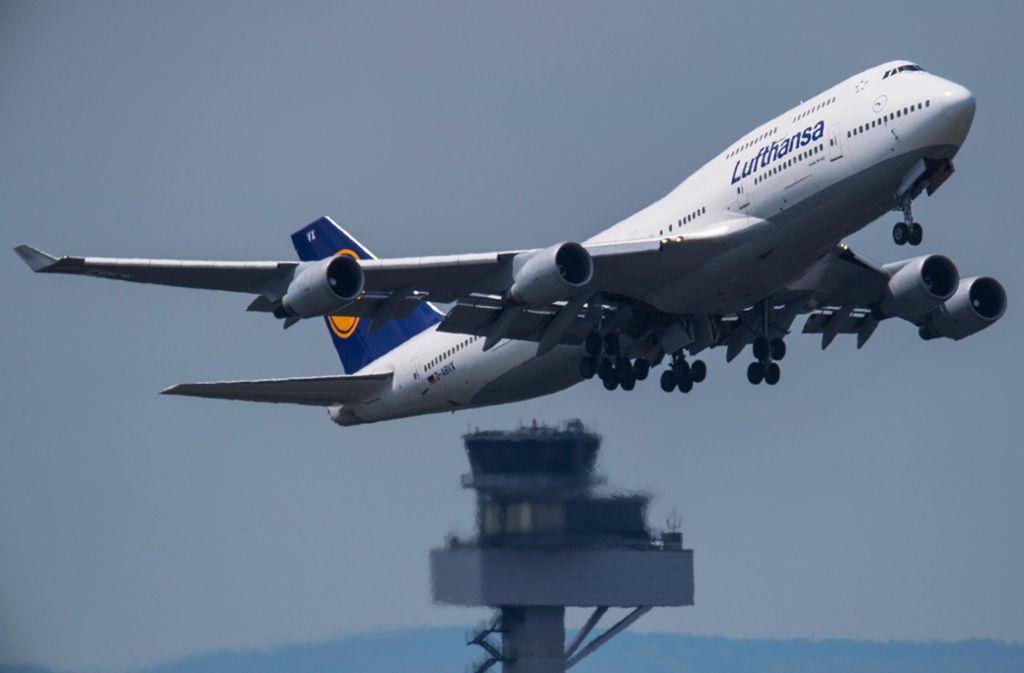 Der Bedarf an Fluglotsen steigt kontinuierlich an, weil das Flugaufkommen immer höher wird. Aber die Zahl der Ausgebildeten trägt dem nicht Rechnung. Foto: dpa