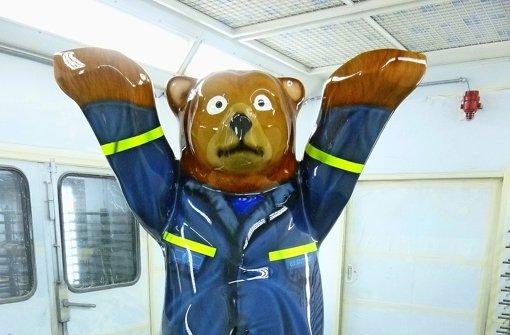 Lackierer kleiden den THW-Bären neu ein