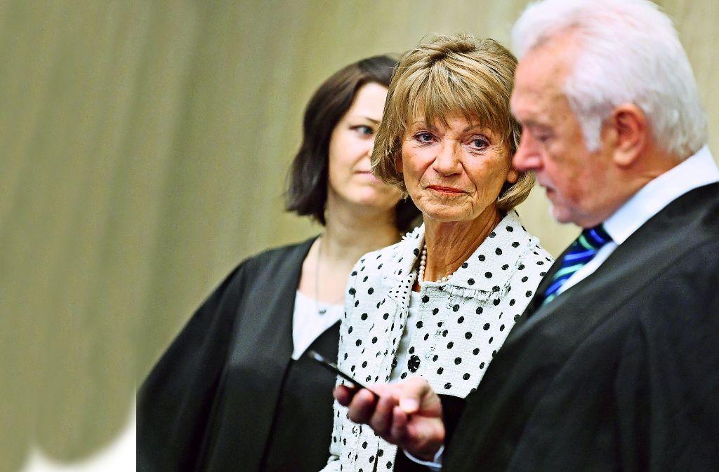 Ex-OB Christel Augenstein (Mitte) mit ihrem Verteidiger Wolfgang Kubicki beim Prozessauftakt am Landgericht Mannheim im August dieses Jahres Foto: dpa