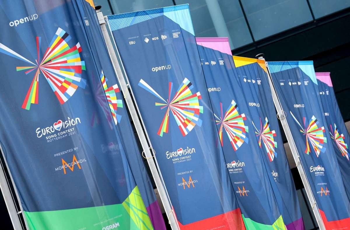 Die Fahnen sind schon mal gehisst vor der Ahoj-Arena in Rotterdam, wo der diesjährige ESC stattfindet. Foto: AFP/Kenzo Tribouillard
