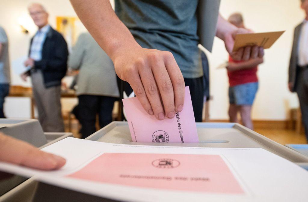 An die Wahlurne ging es an diesem Sonntag gleich mit drei verschiedenen Stimmzetteln. Foto: dpa