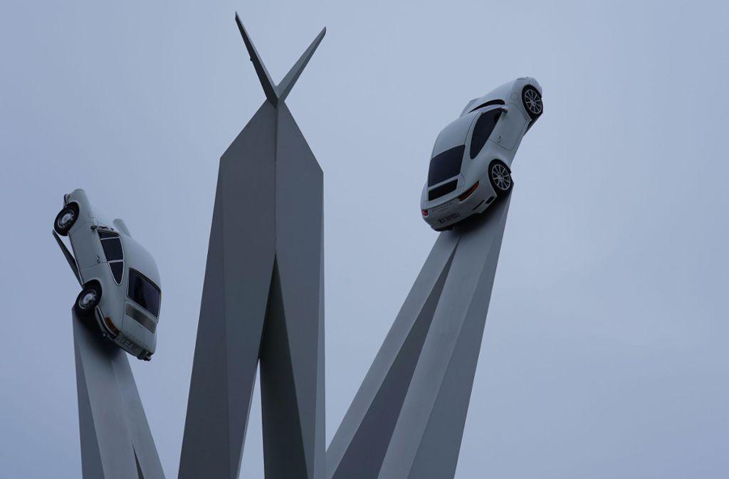 An der Skulptur in Stuttgart-Zuffenhausen fehlt ein Porsche 911. Foto: Andreas Rosar Fotoagentur-Stuttgart