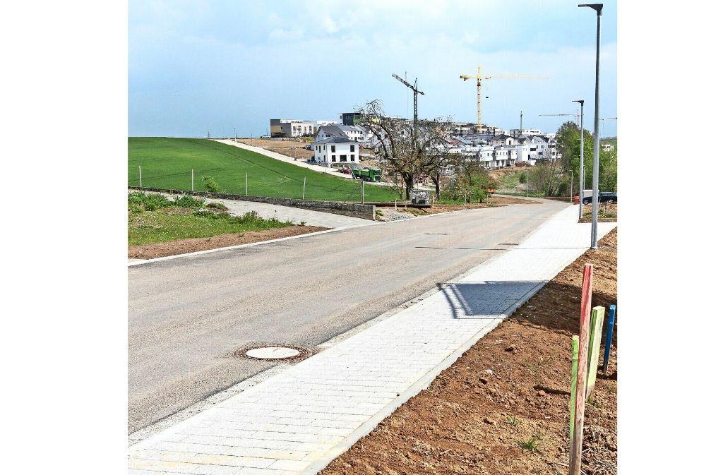Die Eisenbahnstraße ist in Richtung Hälde (Foto links, im Hintergrund) schon fertig, der Gröninger Weg (Foto rechts) soll vom Bahnübergang bis zur Eisenbahnstraßeim Sommer  noch ausgebaut werden. Foto: factum/Bach