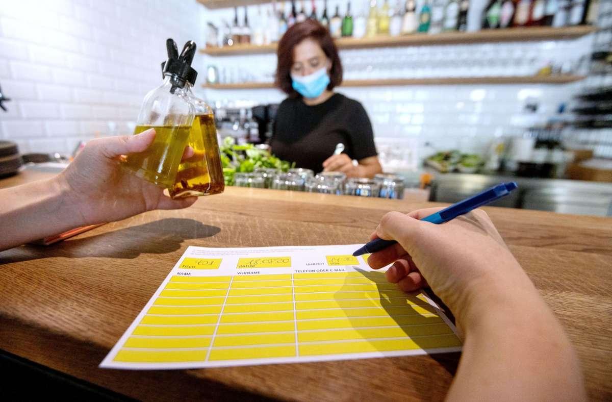 Für viele inzwischen selbstverständlich – das Eintragen der Kontaktdaten beim Restaurantbesuch. Foto: dpa/Marijan Murat