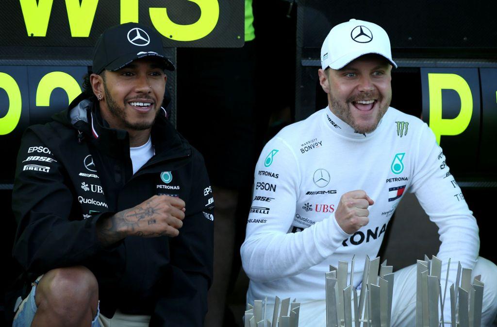 Valtteri Bottas (rechts) gewinnt in Baku – und sein Kollege Lewis Hamilton freut sich mit ihm. Foto: Getty