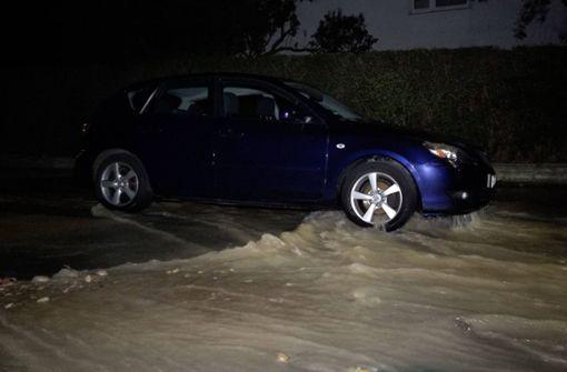 Überschwemmte Straßen nach Wasserrohrbruch