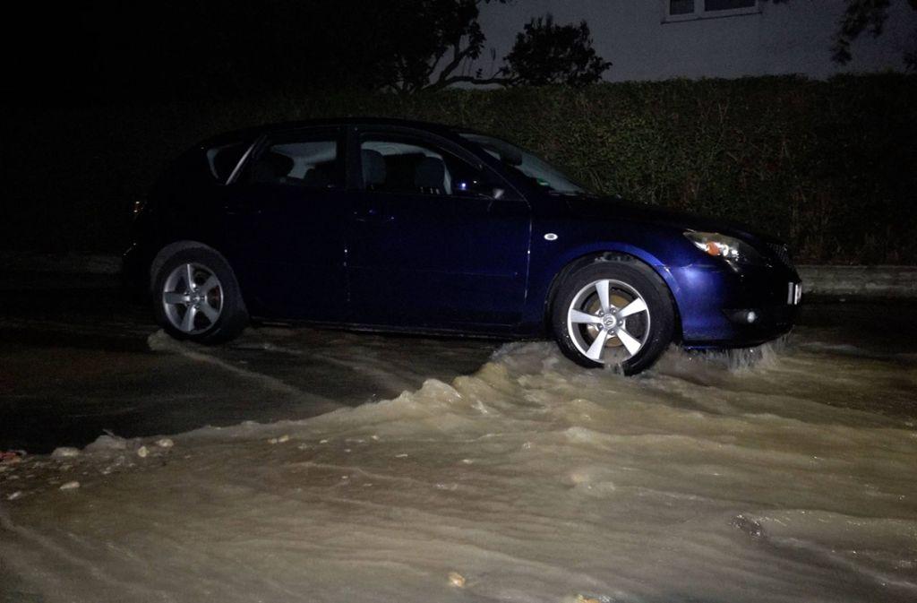 Das Wasser einer  gebrochenen Versorgungsleitung hat Straßen in Ostfildern überschwemmt. Foto: 7aktuell/Alexander Hald
