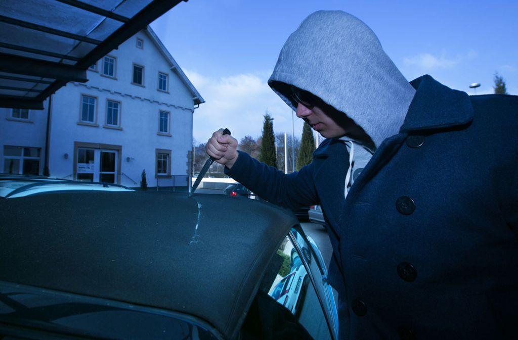 In Plochingen sind neun Autos mit einem spitzen Gegenstand zerkratzt worden. Foto: Symbolfoto