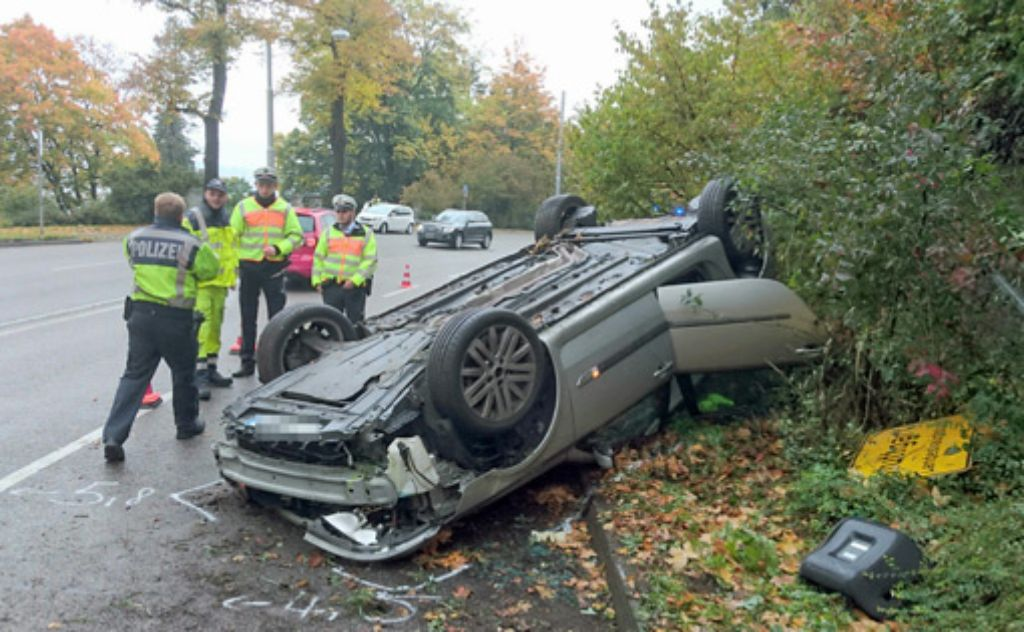 Überhöhte Geschwindigkeit war wohl die Ursache für einen schweren Unfall auf der Neuen Weinsteige am Freitagvormittag.  Foto: Andreas Rosar Fotoagentur Stuttgart