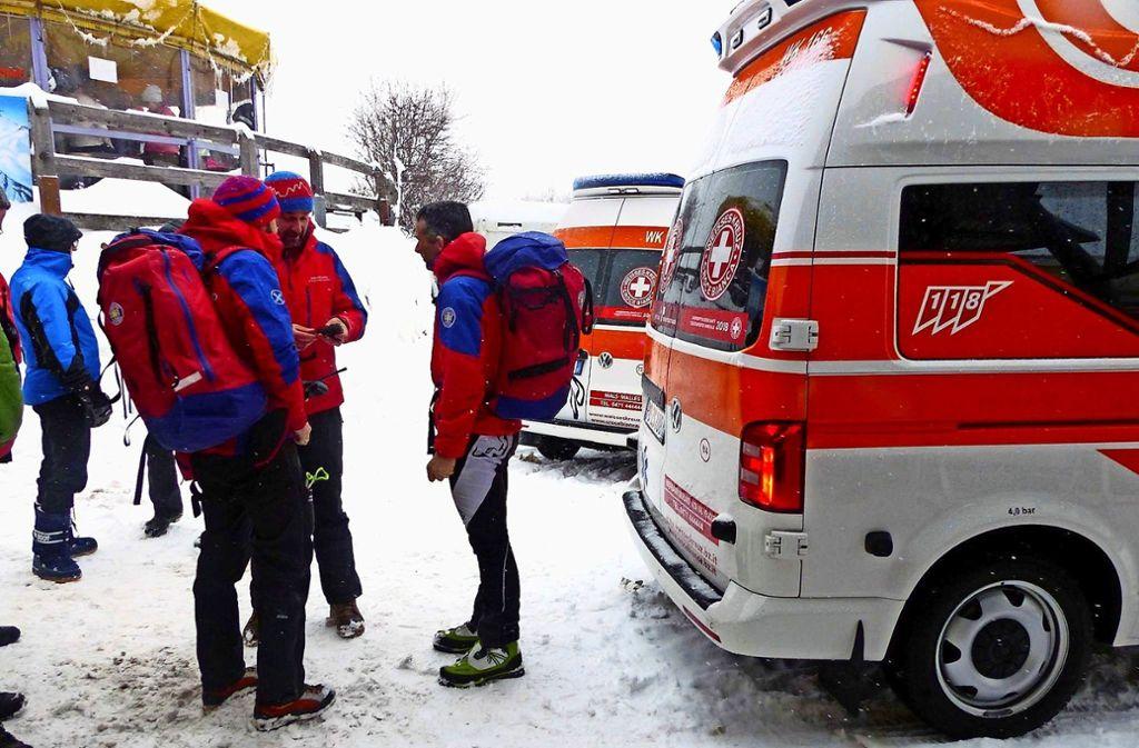 Die Rettungskräfte beraten sich nach dem Lawinenunglück in St. Valentin. Foto: dpa