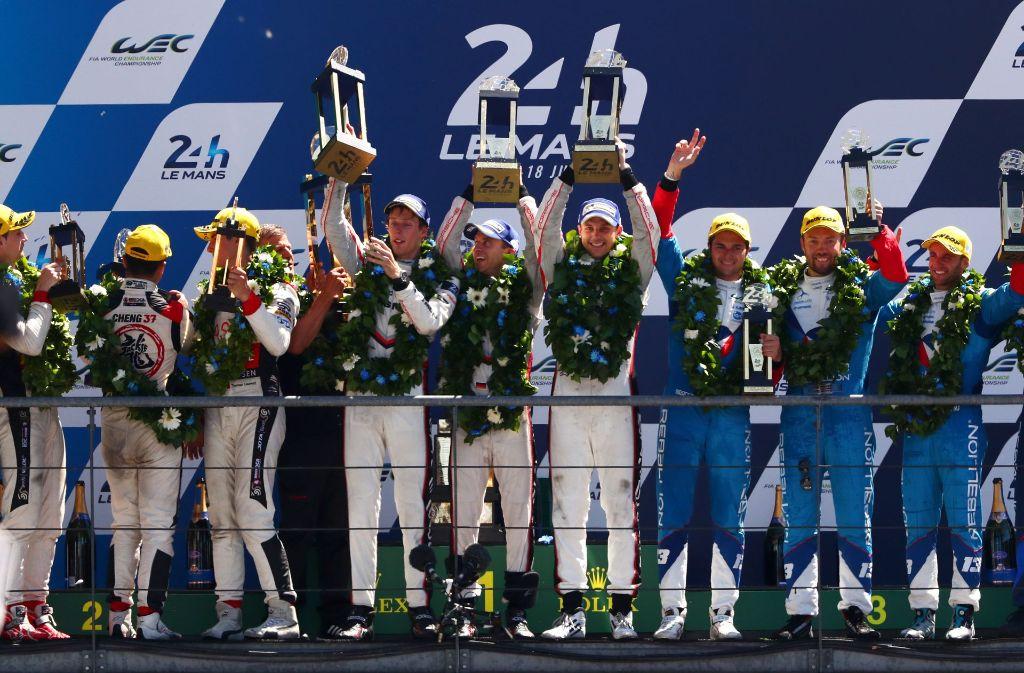 Das Porsche-Team um Brendon Hartley, Earl Bamber und Timo Bernhard feiern ihren Sieg beim 24-Stunden-Rennen. Foto: Getty Images Europe