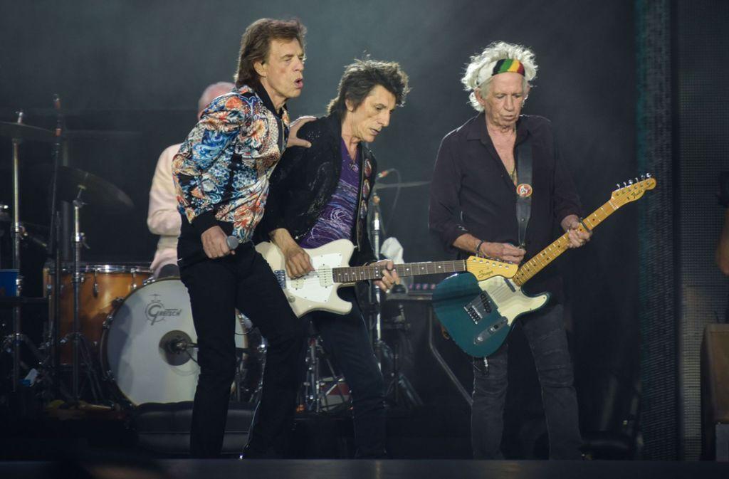 Die Rolling Stones in Stuttgart: Mick Jagger, Ron Wood und Keith Richards (von links), Charlie Watts trommelt wie immer dezent unauffällig im Hintergrund. Foto: Lichtgut/Max Kovalenko