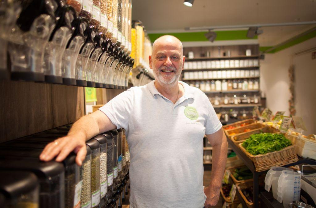 Jens-Peter Wedlich in seinem verpackungsfreien Laden Schüttgut. Foto: Lichtgut/Max Kovalenko