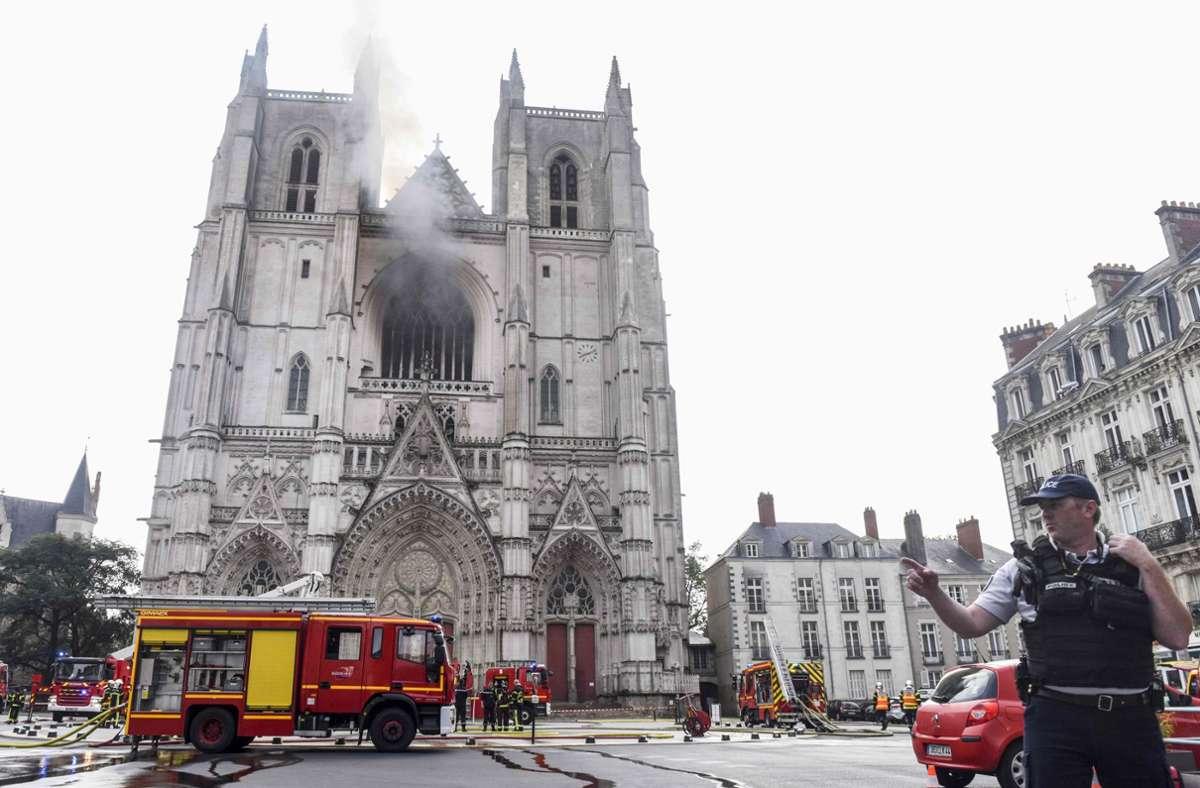 Die Feuerwehr ist zu einem Großbrand der Kathedrale von Nantes gerufen worden. Foto: AFP/SEBASTIEN SALOM-GOMIS