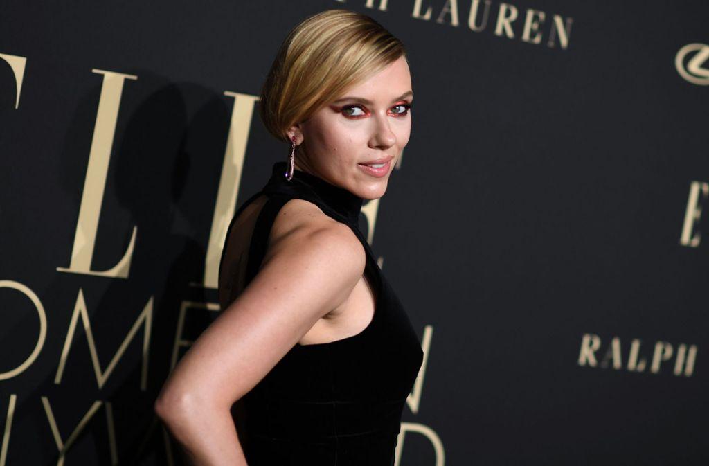 """Scarlett Johansson zeigte sich, wie viele andere, beim """"Women in Hollywood""""-Event der """"Elle"""" ganz in Schwarz. Foto: AFP/Valerie Macon"""