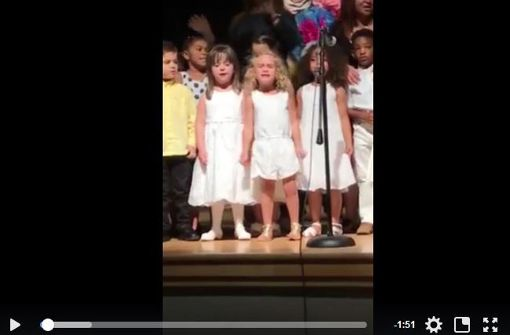 Beim Schulfest Kleines Mädchen singt sich die Seele aus dem Leib
