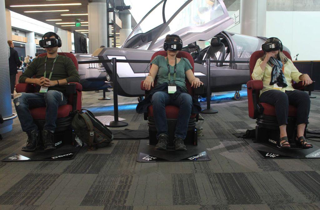 Besucher der Entwicklerkonferenz Oculus Connect 4 nutzen die Möglichkeit, einen Ausflug in die Virtuelle Realität zu unternehmen. Foto: AFP