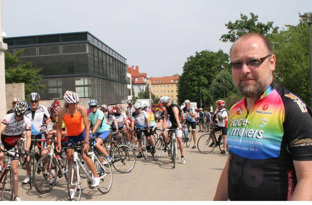 Roland Blach mit friedensbewegten Radfahrern. Foto: privat