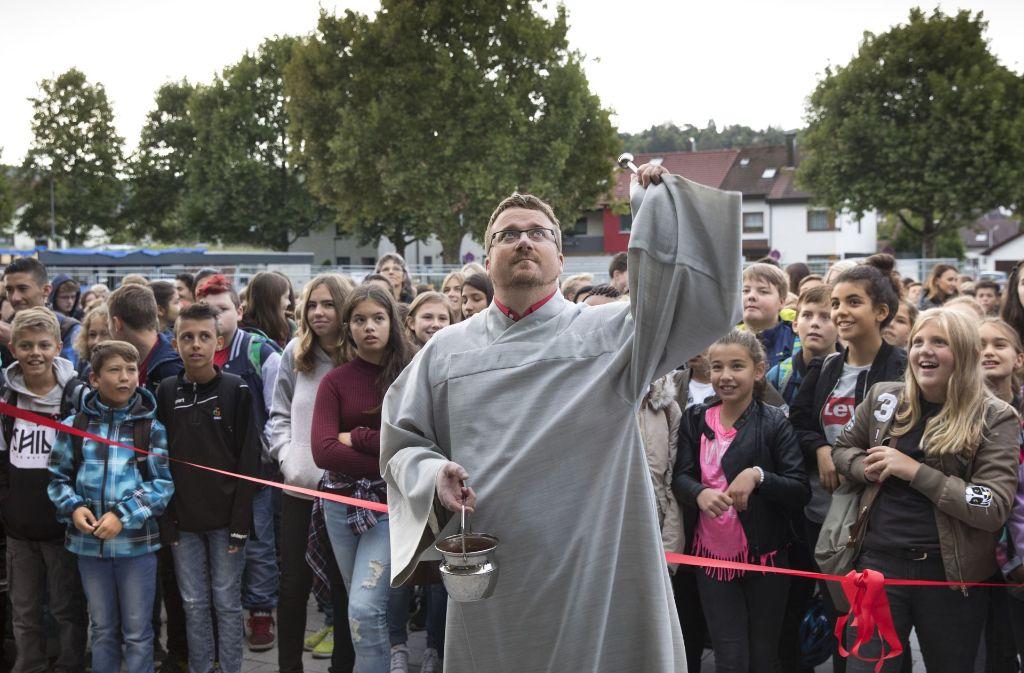 Die neue Schule bekommt den kirchlichen durch den katholischen Gemeindereferenten Frank Schien. Foto: Frank Eppler