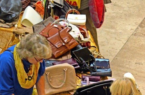Frauen im Handtaschenfieber