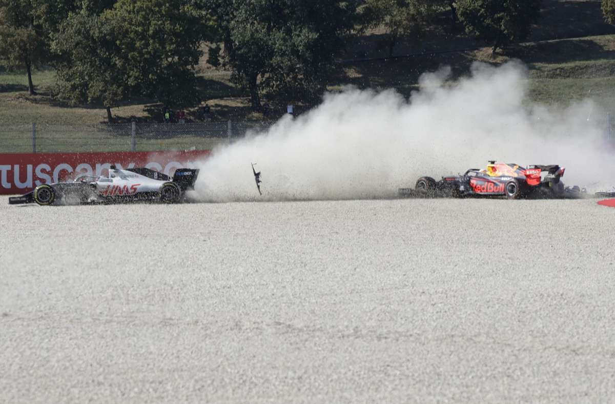 Romain Grosjean (l) aus Frankreich vom Team Haas und Max Verstappen aus den Niederlanden vom Team Red Bull Racing kommen von der Rennstrecke ab. Foto: dpa/Luca Bruno