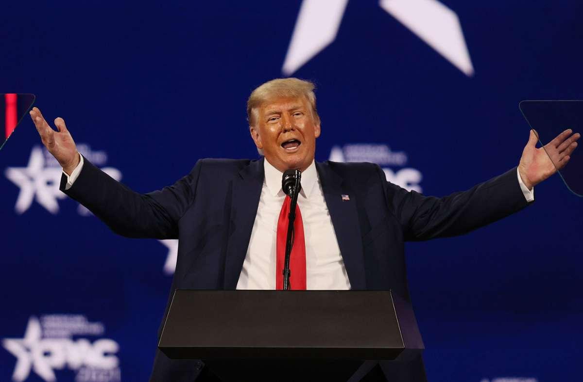 Ob Trump auch von den konventionellen Social-Media-Plattformen ausgeschlossen bleibt, soll bald geklärt werden. (Archivbild) Foto: AFP/JOE RAEDLE