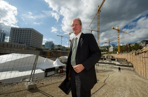 OB Wolfgang Schuster auf der Baustelle für das neue Stadtquartier auf dem Stuttgart-21-Gelände. Foto: dpa