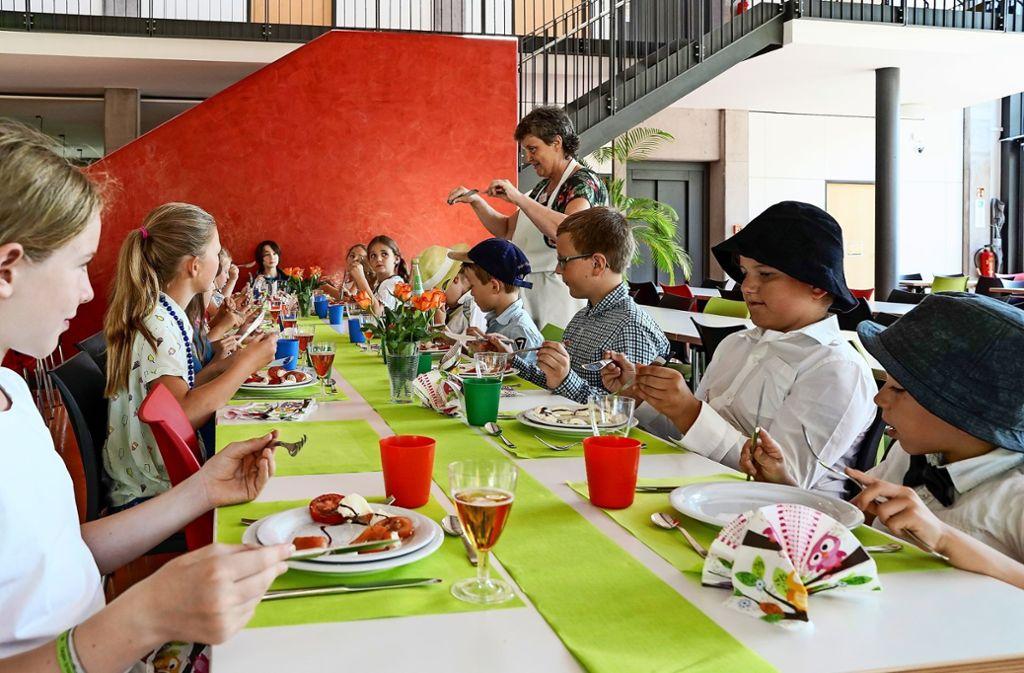 Essen mit Messer und Gabel: Wie das geht, weiß  Martina Wößner. Foto: factum/