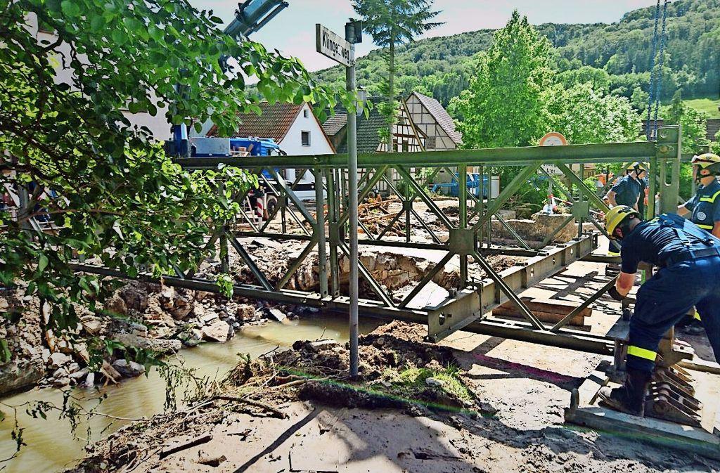 Brückenbau-Einsatz: Auch nach dem Unwetter in Braunsbach im Mai 2016 waren die Helfer  in Blau Foto: THW